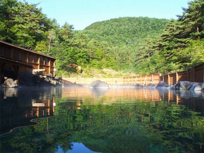 Un espacioso baño al aire libre en Sai-no-kawara.